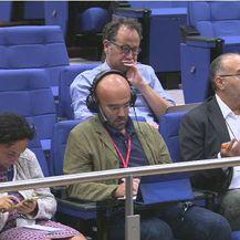 Novinari glasnogovornika koji je pokušao sakriti informaciju na podiju \'\'pržili\'\' 8 minuta (Screenshot: EBS)