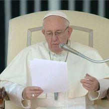 Papa Franjo čita pismo o pedofiliji u katoličkoj crkvi (Foto: Dnevnik.hr)