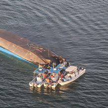 Prevrnuti trajekt u Tanzaniji 1 (Foto: AFP)