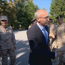 Ministar Krstičević pozdravlja vojnike (Foto: Dnevnik.hr)
