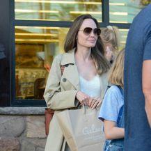 I Angelina Jolie u svom ormaru ima bež baloner, nezaobilazni jesenski klasik