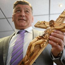Damir Škaro s križem (Foto: Boris Scitar/Vecernji list/PIXSELL)