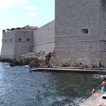 Na dubrovačkoj plaži ne preporučuje se kupanje, ali obavijesti za kupače nema (Foto: Dnevnik.hr)