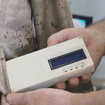 Uređaj koji se nalazi u džepu jakne prati temperaturu tijela i temperaturu okoline