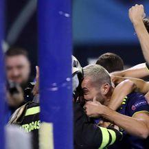 Vatrogasac slavi gol s igračima Dinama (Foto: Goran Stanzl/PIXSELL)