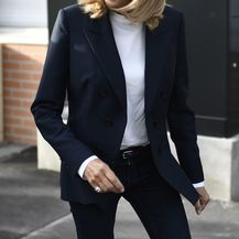 Brigitte Macron nosi crni sako i bijeli top