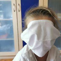 Djevojčica dobila preveliku masku
