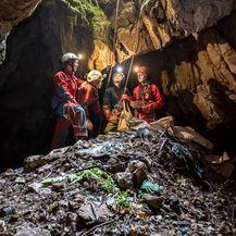 Otpad unutar Mikića jame