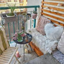 Balkon je mali, ali funkcionalan, s klupicom rađenoj po mjeri i policom za cvijeće