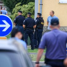 Muškarac oštetio parkirani automobil, zatvorio se u stan pa bacao namještaj na policiju - 2
