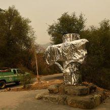 Kalifornijski vatrogasci aluminijskom folijom omataju sekvoje da ih zaštite od požara - 2