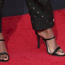 Samira Wiley nosi odijelo Genny i cipele Sophia Webster