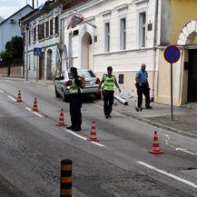 Vozač automobila zabio se u stup javne rasvjete, stup pao na pješakinju - 2