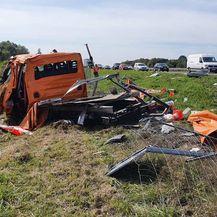 Kamion pokosio vozilo ophodnje na cesti - 2