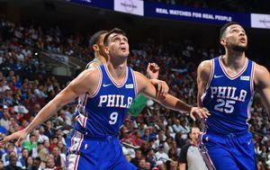 Dario Šarić i Ben Simmons (Foto: AFP)