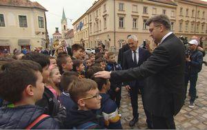Premijer Andrej Plenković s osnovnoškolcima (Dnevnik.hr)