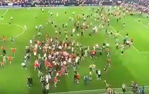 Navijači Crvene zvezde utrčali u teren (Screenshot)