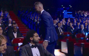 Ramos dotaknuo Salaha po ramenu koje mu je ozlijedio (Screenshot: Twitter)