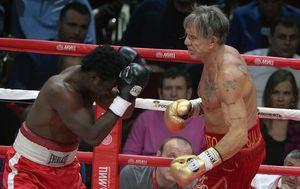 Mickey Rourke u revijalnom boksačkom meču (Foto: AFP)