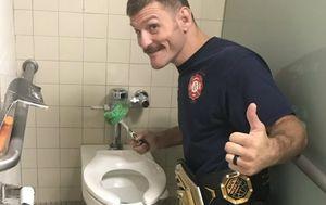 Stipe Miočić čisti zahod (Foto: Twitter)