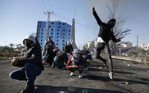 Palestinci kamenjem gađaju Izraelce (Foto: AFP)