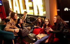 Mogu li oni uopće bez mobitela? (Foto: NOVA TV Content Team)