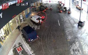 Vozači viličara su fantastično reagirali i poštedjeli policiju juranjave (FOTO: YouTube/Screenshot)