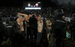 Huligani nakon derbija na Partizanovom stadionu (Foto: AFP)