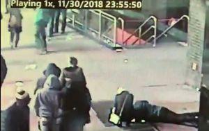 Muškarac pokušava dokučiti prsten (Screenshot: Twitter/NYPD)