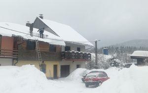 Gorani lopatama skidaju snijeg s krovova (Foto: Dnevnik.hr)