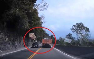 Stijena je na cestu pala s visine od 30 metara (FOTO: Screenshot)