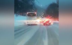 Autobus pretječe automobile na snijegom prekrivenoj cesti (Foto: Čitatelj)