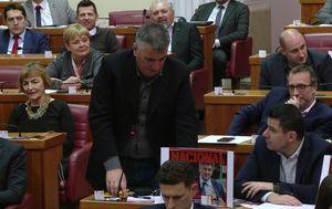 """Miro Bulj u sabornici s mobitela puštao budnicu """"Ustani, bane"""" (Foto: Dnevnik.hr)"""