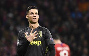 """Ronaldo pokazuje \""""peticu\"""" navijačima Atletica (Foto: AFP)"""
