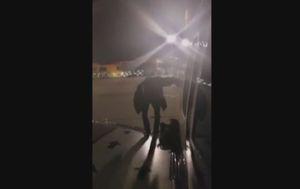 Putnik izašao na krilo aviona (Screenshot: AP)