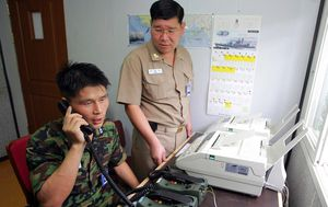 Južnokorejski vojnik na telefonu (Foto: AFP)
