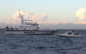 Policijski brod čuva hrvatske ribare u Savudrijskoj vali (Foto: Goran Kovacic/PIXSELL)