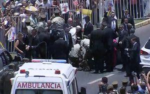 Papa Franjo utješio policajku palu s konja (Foto: AFP) - 2