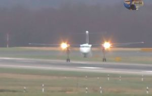 Spretni je pilot uspješno spustio zrakoplov Bombardier Q400 (FOTO: YouTube/Screenshot)