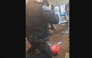 Policajac u kuglani u kojoj se dogodio napad (Foto: Screenshot AP)