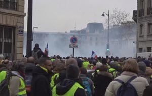 Policija je na napade prosvjednika uzvratila suzavcem (Foto: screeshot/APTN) - 1
