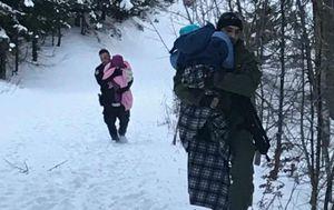 Policajci su djecu nosili kroz duboki snijeg (Foto: MUP) - 2