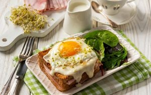 Croque madame: topli sendvič sa šunkom, sirom i jajem na oko