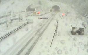 Snijeg ispred tunela Vršek na autocesti A6 (Foto: screenshot/HAK)