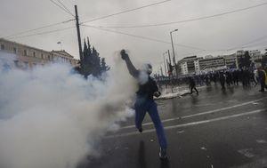 Policija na prosvjednike u Ateni baca suzavac (Foto: AFP)