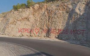 Pored mosta Čiovo osvanuo grafit s prijedlogom promjena imena (Foto: Dnevnik.hr)