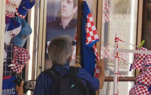 Turist gleda hrvatski dres (Foto: Dnevnik.hr)