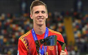 Dani Olmo s trofejem (Foto: AFP)