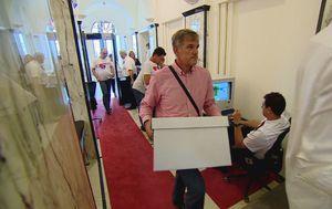 Slijedi pregledavanje svakog potpisa prikupljenog za referendume (Foto: Dnevnik.hr) - 2