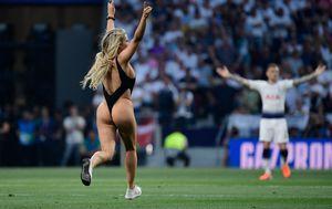 Polugola plavuša prekinula finale Lige prvaka (Foto: AFP)